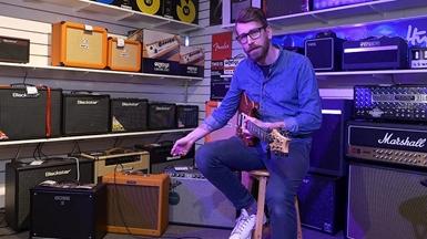 Gustav på Andreasson Musik visar gitarrförstärkare